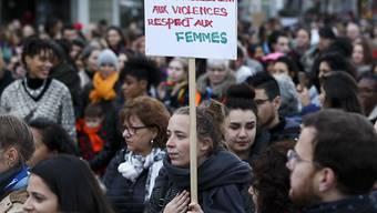 Nein zu Sexismus, Belästigung und Gewalt, dafür mehr Respekt gegenüber Frauen, fordert diese Teilnehmerin an der Kundgebung in Genf am Vorabend des Internationalen Tages gegen Gewalt an Frauen.