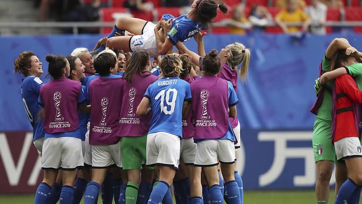 Die italienische Mannschaft feiert die zweifache Torschützin Barbara Bonansea