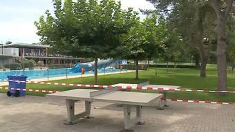 «Schwachsinn»: Die Brugger können nicht verstehen, dass ihre Badi die Sommersaison 2018 bereits abgeschlossen hat.