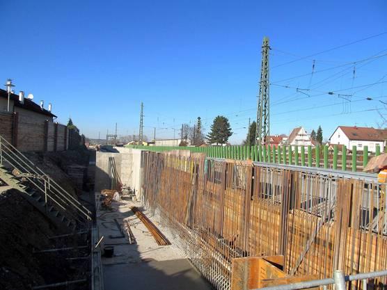 Sie dient als Stützmauer für den westlichen Gleisbereich sowie als Fundament für die westlichen Schallschutzwände.