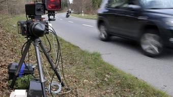 Mit 101 Stundenkilometern ist ein Auto in eine Radarfalle gerast (Symbolbild)