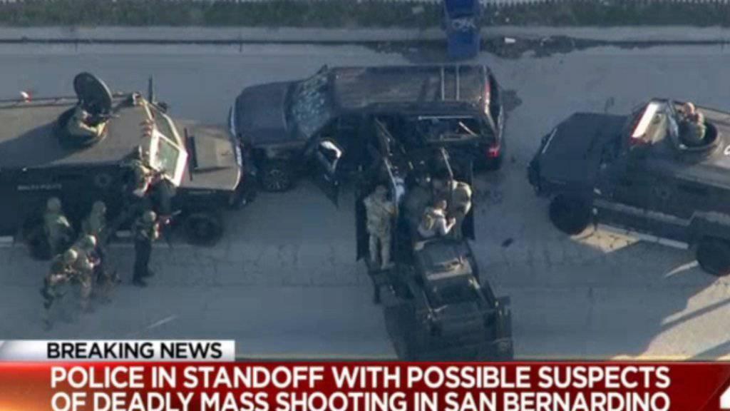 Die Polizei umstellt das Auto der mutmasslichen Todesschützen von San Bernardino. Die beiden wurden bei dem Einsatz getötet.