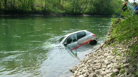 Der Wagen musste mit einem Traktor aus der Reuss gefischt werden