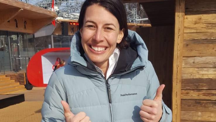 Dominique Gisin, Abfahrtsolympiasiegerin 2014, unterstützt ihre Schwester Michelle, die zur Olympia-Abfahrt antritt.
