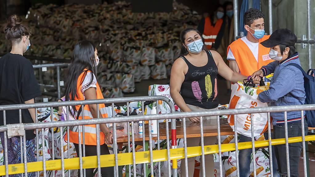 Mehr als 3280 Menschen haben sich am Samstag in Genf in Warteschlangen gestellt, um Lebensmittelhilfe zu erhalten.