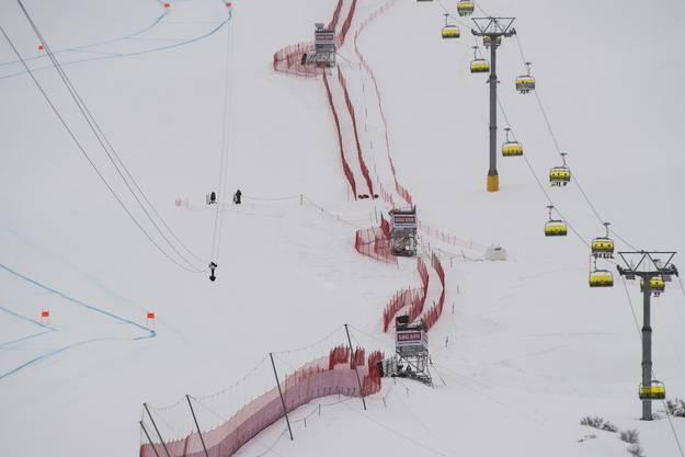 Ein Flugzeug der PC-7-Fliegerstaffel der Schweizer Luftwaffe zertrennt an der WM in St. Moritz bei einem Trainingsflug das Zugseil einer SRF-Seilbahnkamera. Die Kamera fällt in den Zielraum und landet im Schnee. Verletzt wird niemand.