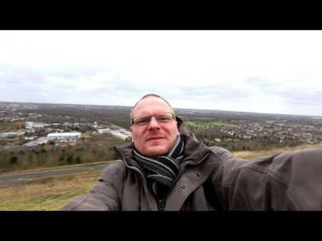 «Wie ihr seht, ist keiner hier ausser mir»: Der Fotoredakteur der Recklinghäuser Zeitung setzt sich in Nordrhein-Westfalen dem Orkan aus.
