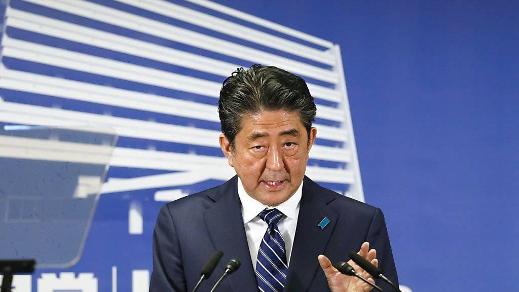 Die Bedrohung Japans durch Nordkorea verhalf ihm zum Wahlsieg - nun kündigt er eine diplomatische Offensive gegen Pjöngjang an.