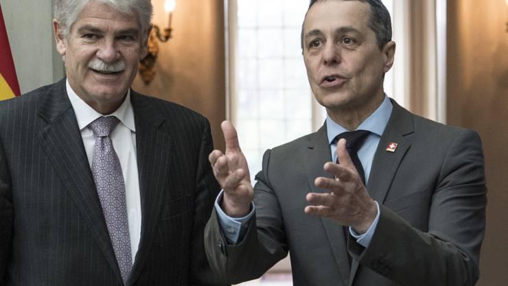Bundesrat Ignazio Cassis (rechts) mit seinem spanischen Amtskollegen, Aussenminister Alfonso Dastis; am Montag in Bern.