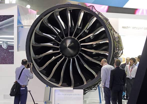 Besucher bestaunen Details der Boeing 787