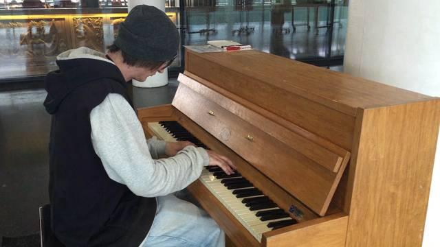 André Damian Notter entlockt dem Klavier am Bahnhof Aarau die letzten Klänge – und Initiant Andres Brändli sagt, weshalb das Instrument die zwei Monate unbeschadet überstanden hat.