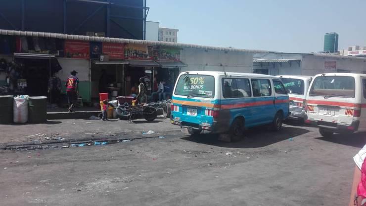 Mit einem solchen Minibus geht es zur Arbeit.