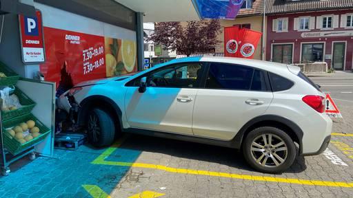 Gas- mit Bremspedal verwechselt: Auto landet im Schaufenster
