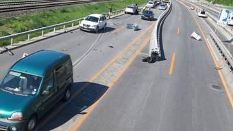 Die A13 bei Trimmis GR musste am Mittwoch nach einem Unfall und Folgeunfällen teilweise ganz gesperrt werden.