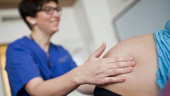 Sie helfen bei der Familienplanung, betreuen die Gebärenden und Überwachen den Fötus in der Gebärmutter: Die Aufgaben von Hebammen sind sehr vielfältig. (Symbolbild)