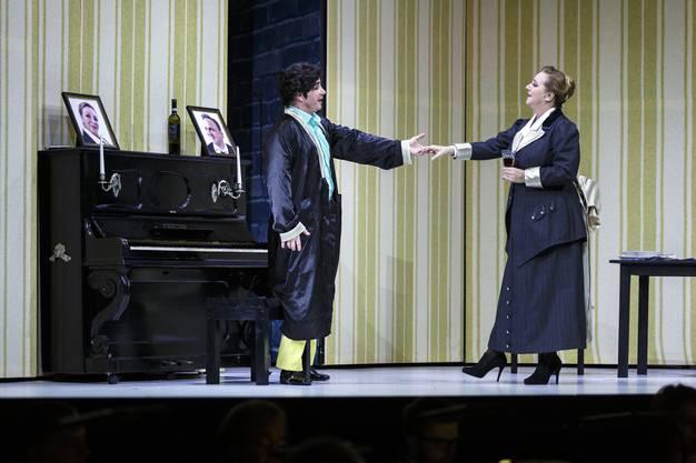 Alfred (Alexander Pinderak) und Rosalinde (Elisabeth Flechl).