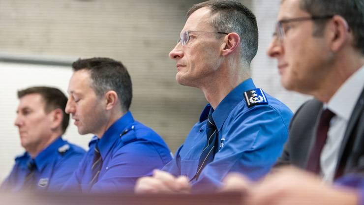 Gemeinsam gegen Internetkriminalität: Markus Gisin, Abteilungschef Kriminalpolizei (Zweiter von links), und Michael Leupold, Polizeikommandant, sprechen über neue Herausforderungen.
