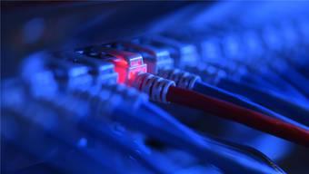 Grosse Datenmengen können inzwischen rasant miteinander ausgetauscht werden. Der Zürcher Datenschutzbeauftrage weist darauf hin, dass nur diejenigen Daten an Andere weitergegeben werden dürfen, die für den Empfänger geeignet und erforderlich sind. (Symbolbild)
