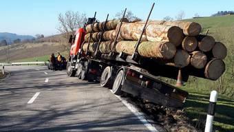 Ein Langholztransporter kam von der Strasse ab.