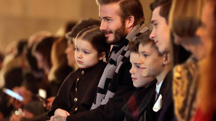 Harper Beckham (links) mit Vater David und ihren Brüdern an der Modenschau von Mama Victoria (Archiv)