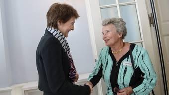 Agnes Hirschi-Grausz, Überlebende des KZ Auschwitz-Birkenau und Bundespräsidentin Simonetta Sommaruga begrüssen sich.