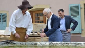 Als die Sanierung anfing: Jean-Pierre Racine (Mitte) mit dem Steinmetz André Vuille (links) und Stadtpräsident Jean-Paul Lachat.