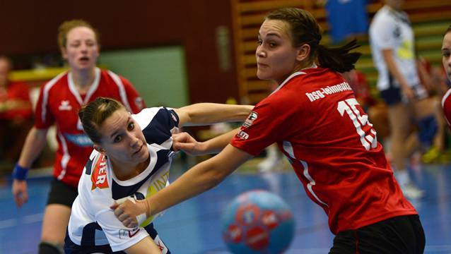 Annette Rickenbacher (r., hier gegen Spono Nottwil) und ihre Teamkolleginnen der HSG Leimental gewinnen bei Yellow Winterthur II.