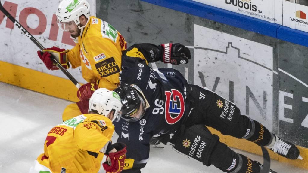 Freiburgs Adrien Lauper (rechts) wird von den Langnauern Larri Leeger (vorne) und Nolan Diem zu Fall gebracht.
