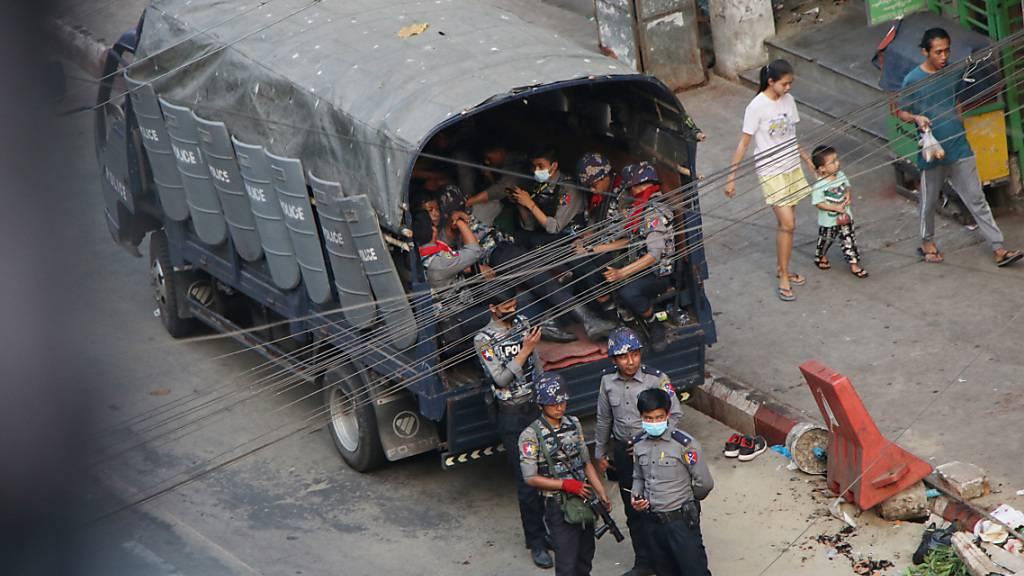 Sicherheitskräfte stehen neben einem Lastwagen auf einer Straße in Myanmar. Foto: Uncredited/AP/dpa