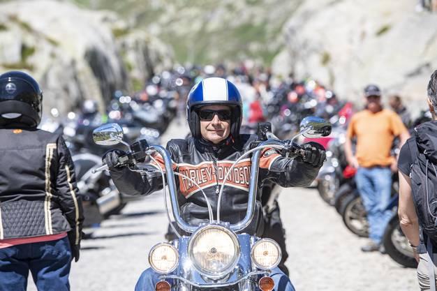 Rund 250 Motorradfahrer haben sich am Samstagmittag mit ihren Maschinen auf dem Gotthardpass versammelt, um still gegen drohende neue Lärmvorschriften zu demonstrieren.