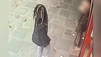 Eine Frau wird am hellichten Tag am Bankomaten überfallen, dass die Passanten einfach an der Szene vorbeigehen, wühlt in den sozialen Medien auf.