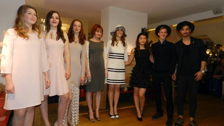 Junge und modebewusste Frauen und Männer genossen im Strohmuseum ihren Auftritt an der Modeschau.