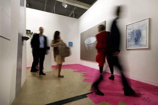 Der rosarote Boden in der Galerie Gisèle Linder (Basel) machts klar: 25 Years steht darauf. So lange schon gibt es die engagierte Galeristin. Ihr Stand ist nicht riesig, aber es reicht für Künstlerinnen und Künstler, die sie seit Jahren vertritt. Aufgefallen sind uns das fotografische Werk «Winter» von Ursula Mumenthaler (7800 Franken) und eine perforierte Papierarbeit von Carmen Perrin (6900 Franken).