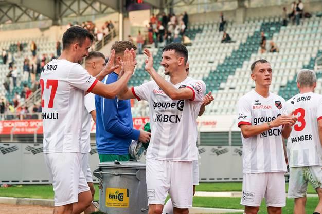 Abklatschen zum ersten Saisonsieg: Arbenit Xhemajli und Samir Ramizi.