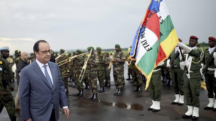 """Ein letzter Besuch vor dem Abzug der Soldaten: Präsident Hollande beendet Frankreichs Militäreinsatz in der Zentralafrikanischen Republik - weil die Truppen """"an anderen Fronten"""" gebraucht werden."""