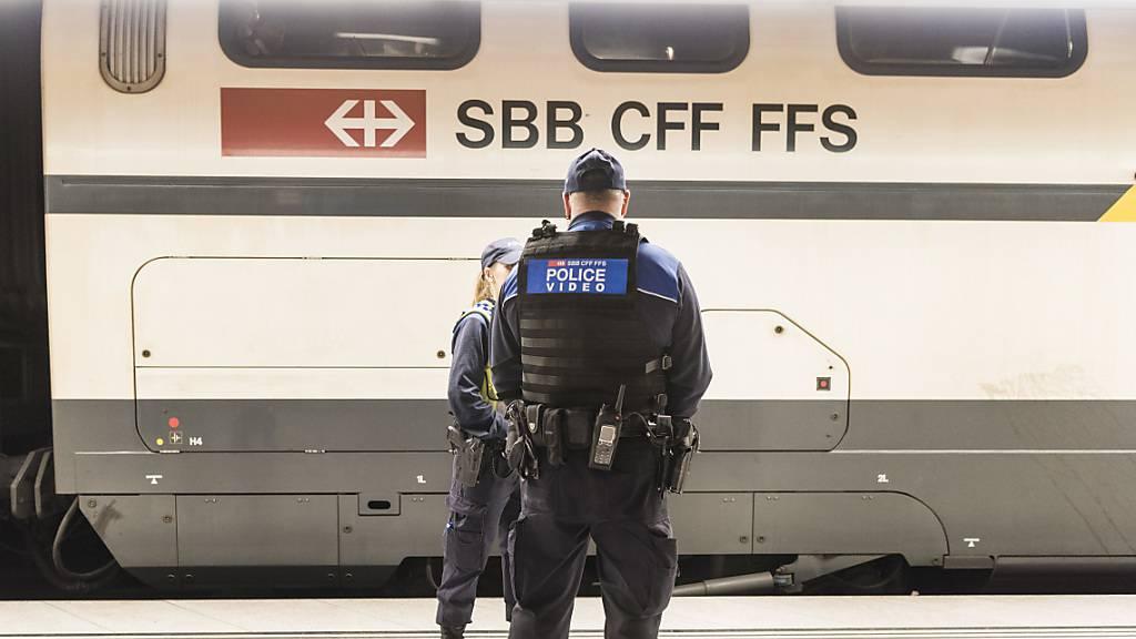 Polizei Bern hält nach Schlägerei 15 Männer in Zug an