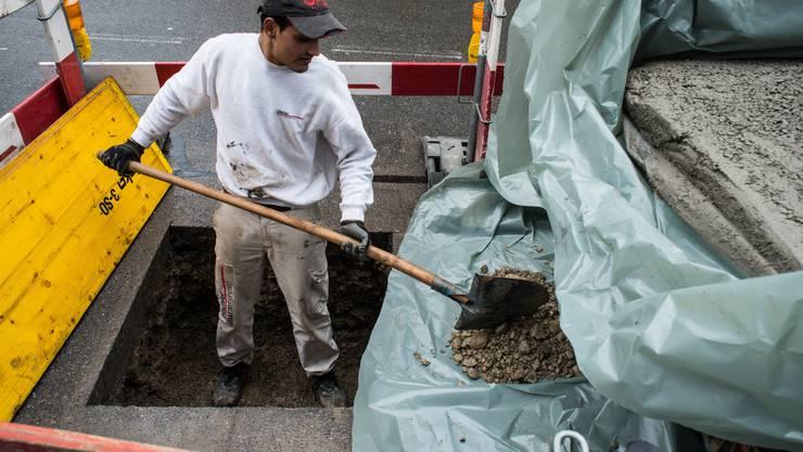 Ein Handwerker bereitet das Fundament für die Tempo-30-Poller vor.