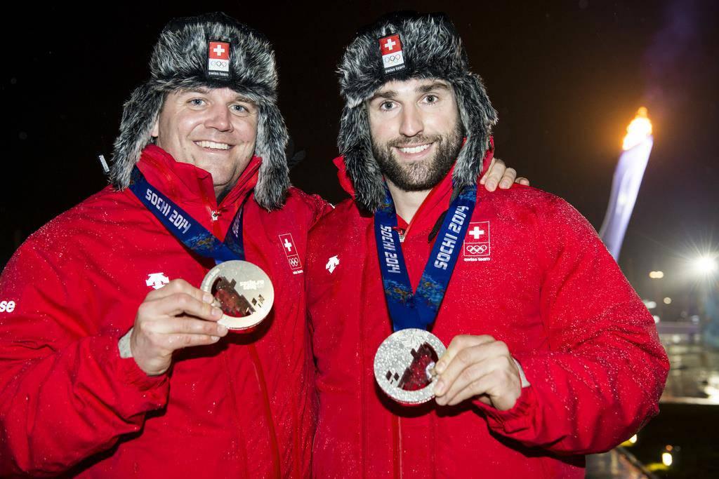 Beat Hefti und Alex Baumann bekommen endlich ihre Goldmedaille. (© Keystone)
