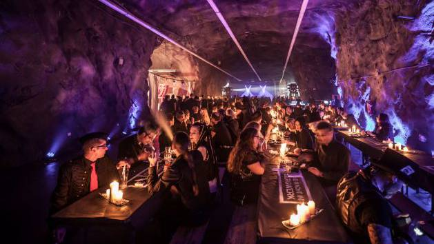 Goth-Bergwerk-Party mit Live-Sprengung