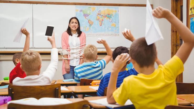Auch auf Primarschulniveau sind die Lehrerinnen und Lehrer heute oft überfordert – seit Jahren steigt die Burn-out-Rate.