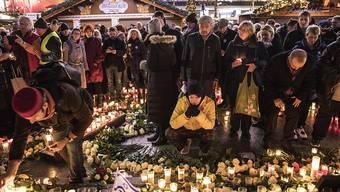 Trauer nach dem Anschlag auf einen Berliner Weihnachtsmarkt im Dezember 2016. Die Polizei gibt sich in einem Bericht zu ihrem Vorgehen selbstkritisch.