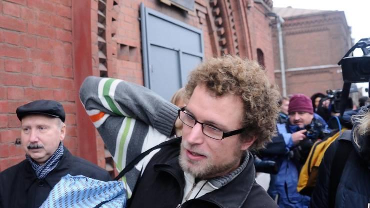 Vor dem Gefängnis warten Dutzende Journalisten auf den Schweizer Aktivisten, und fragen, wie er sich fühlt