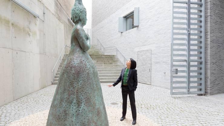 Leiko Ikemura; Die Künstlerin mit der Skulptur Usagi Kannon, 20122019; Mai 2019