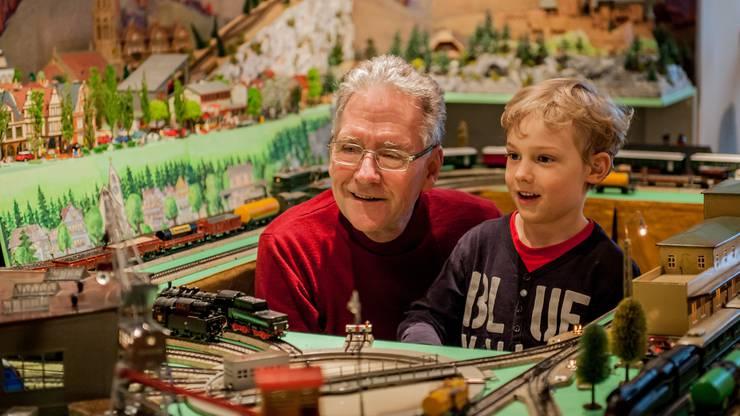 Peter Erni erklärt den Kindern, wie die Modelleisenbahnen funktionieren.