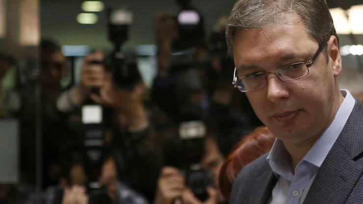 In Serbien behält Aleksandar Vucic die Macht. Laut Hochrechnungen verteidigt seine Partei bei den vorgezogenen Parlamentswahlen die absolute Mehrheit.