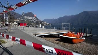 Mehrere Gemeinden im Tessin haben Erholungszonen und Parkplätze in der Nähe solcher Gebiete gesperrt. Im Bild das Seeufer Luganos.