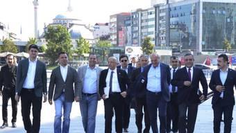 Enis Berberoglu (in der Mitte mit Dossier) und Parteikollegen auf dem Gang zum Gericht in Istanbul