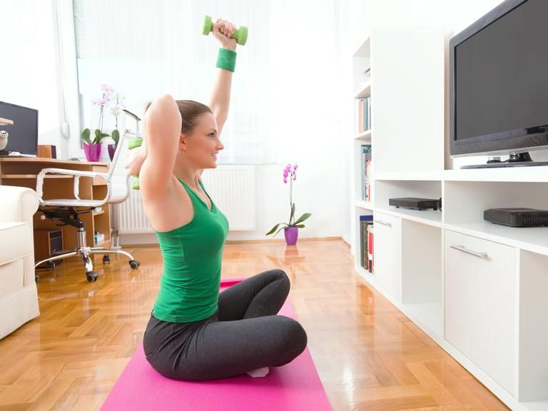 Trainieren vor dem Fernsehen macht doppelt Spass. (Bild: iStock)