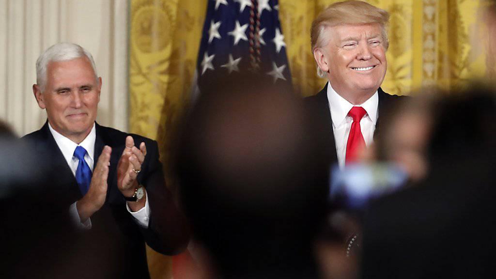 """Noch ist Pence (l.) der Mann im Hintergrund. Sollte Präsident Trump (r.) nicht mehr zur Wiederwahl antreten, dann würde der Vize zur Stelle sein, schreibt die """"New York Times""""."""