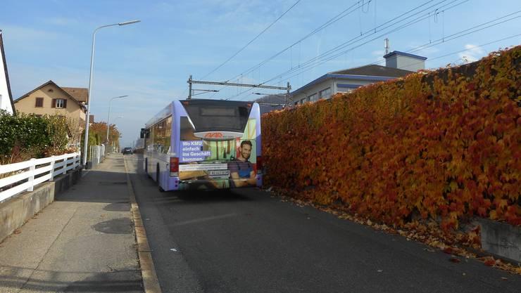 Bus neben Bahn: Der «Dreier» verkehrte letztmals im November auf der Umleitung über die Bahnstrasse in Schönenwerd (Bild) – auf den Frühling hin meldet er sich nun ab nächstem Montag bis Ende Juli wieder zurück.